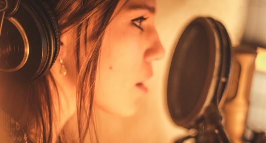 Ярослава зайцева - диктор у микрофона студия Soundbox